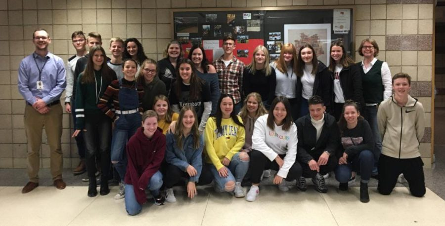 Here+the+German+exchange+students+pose+with+their+NPHS+hosts.
